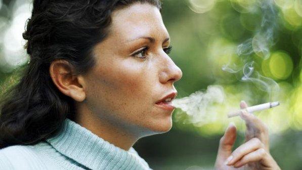 Gosto azedo deixado que fuma em uma boca
