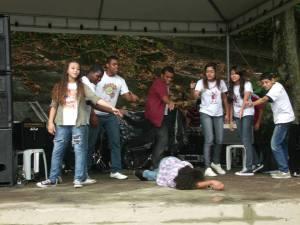Jovens do polo Jacarezinho, do RAP da Saúde encenam trecho de peça sobre a questão das dorgas
