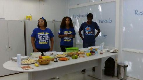 Jovens do RAP da Saúde em oficina culinária