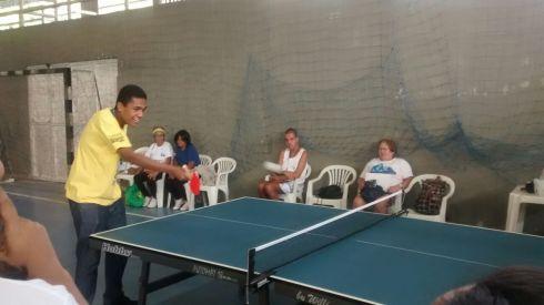 RAP da Saúde e alunos da Academia Carioca jogando tênis de mesa