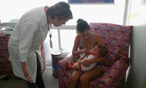 Profissional orientando incentivando mãe a amamentar CF Cazuza CAP 5.2