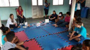 RAP da Saúde CAP 3.1 profissionais da C.F. Zilda Arns e adolescentes e jovens na Roda de Conversa sobre DST e AIDS no Cond. das Palmeiras