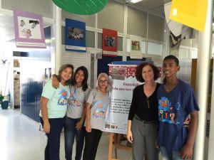 """Adolescentes e jovens RAP da Saúde CAP 5.3 e profissional da Fundação Xuxa Meneghel durante montagem da exposição """"Toda casa tem que ter carinho"""""""